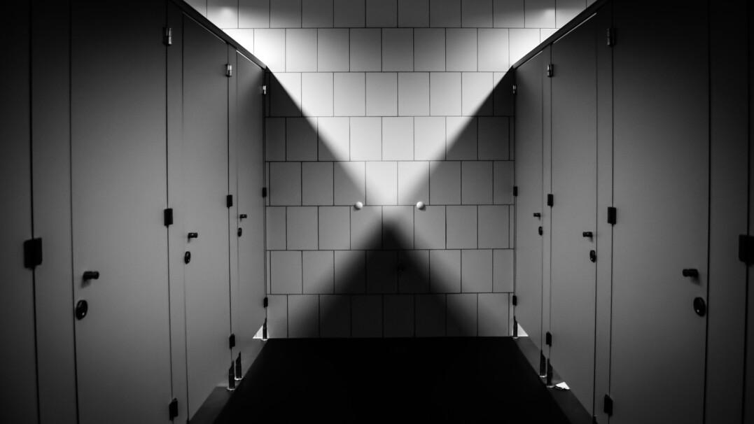Z której kabiny najlepiej korzystać w toaletach publicznych?