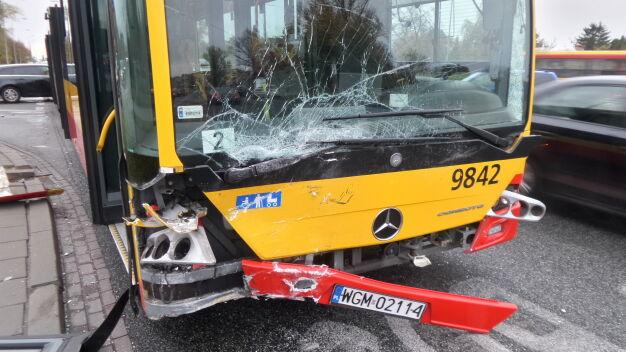 Autobus pełen ludzi uderzył w samochód