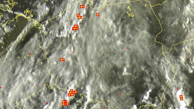 Burze przemieszczają się na wschód i północny wschód. Spadnie do 15 l/mkw deszczu