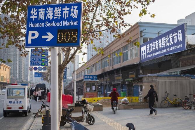 Wejście na targ Huanan Seafood Market uważany za źródło kornonawirusa (PAP/Arek Rataj)
